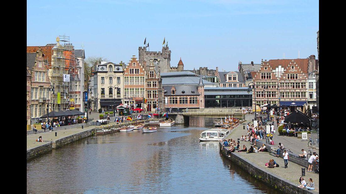 Am alten Hafen von Gent legen viele Rundfahrtboote an.