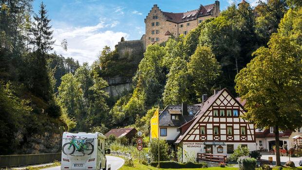 Burg Rabenstein im Ahorntal mit Falknerei und uriger Gutsschenke.