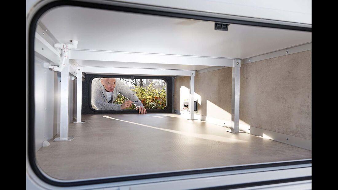 ... kommt im durchgehenden Außenstaufach im Doppelboden unter.