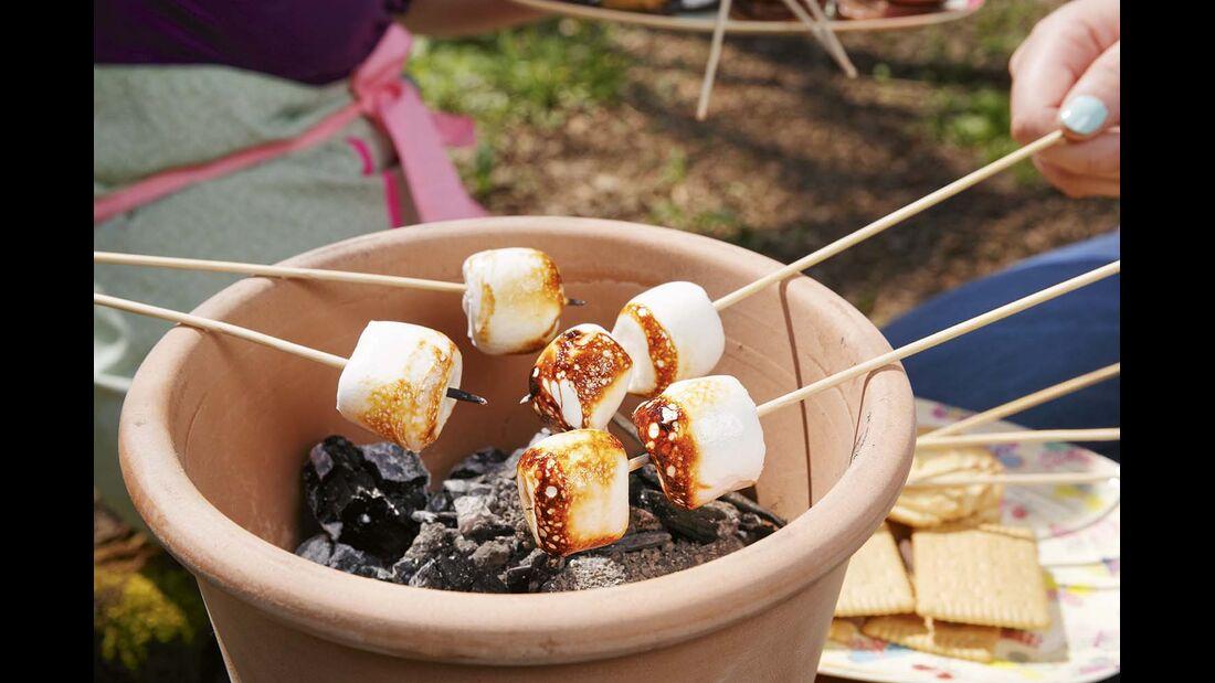2. Die Marshmallows über einem lagerfeuer oder wie hier einem Tontopf mit heißen Kohneln rösten.