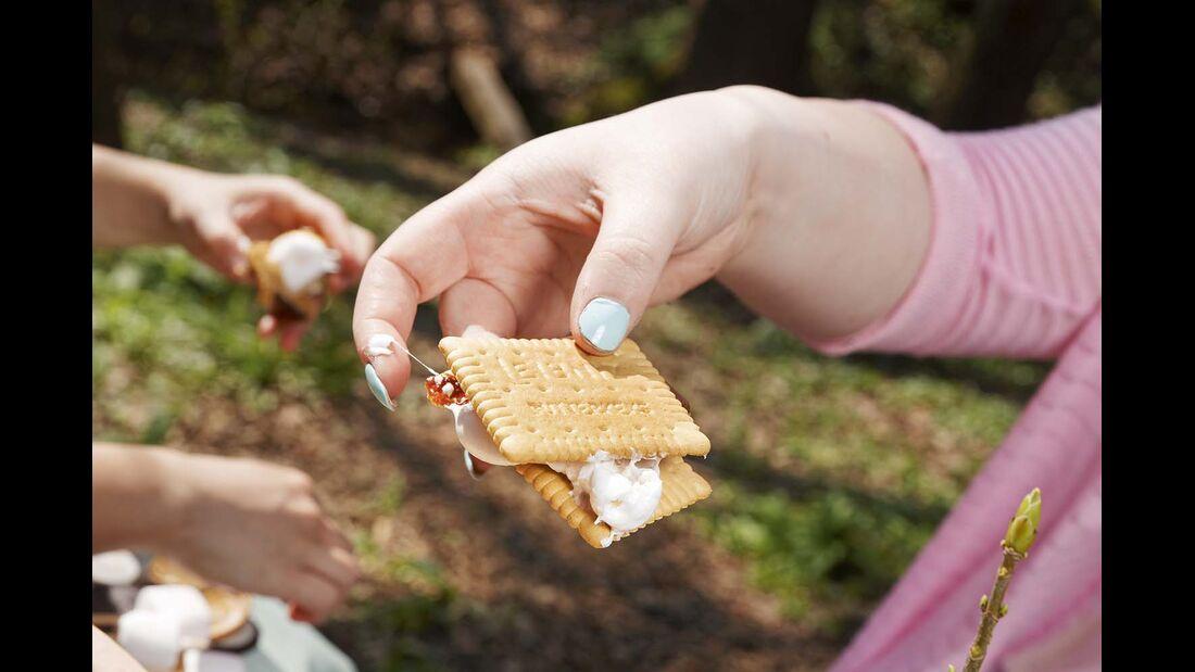 3. Die Zwei Kekse mit den Zutaten und dem Marshmallow verkleben.