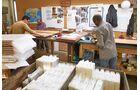 7000 bis 10 000 Möbelteile werden jede Woche in der Endkontrolle von Somaform untersucht.
