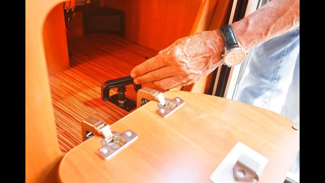 Abwasserschieber gut zugänglich in der Sitztruhe beim Einstieg.