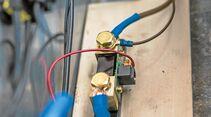 Alle Kabel, die vorher am Minuspol der Batterie hingen, kommen an die freie Seite des Shunts