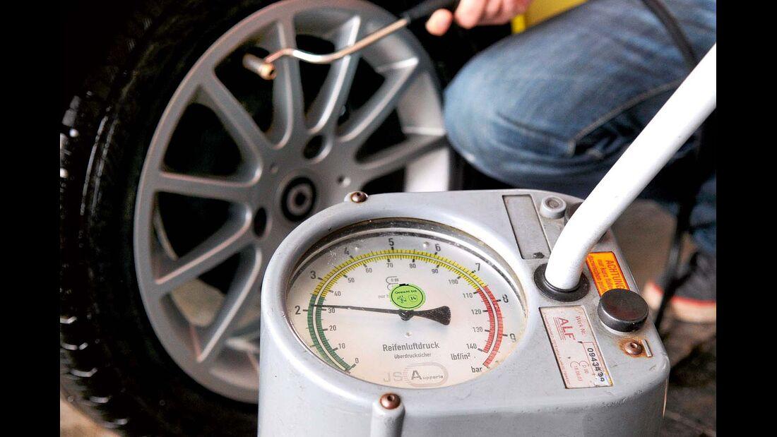 Alle zwei Wochen raten Experten zu einer Überprüfung des Reifendrucks.