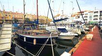 Almerimar: Der große Sportboothafen bildet das moderne Zentrum der Retortensiedlung.