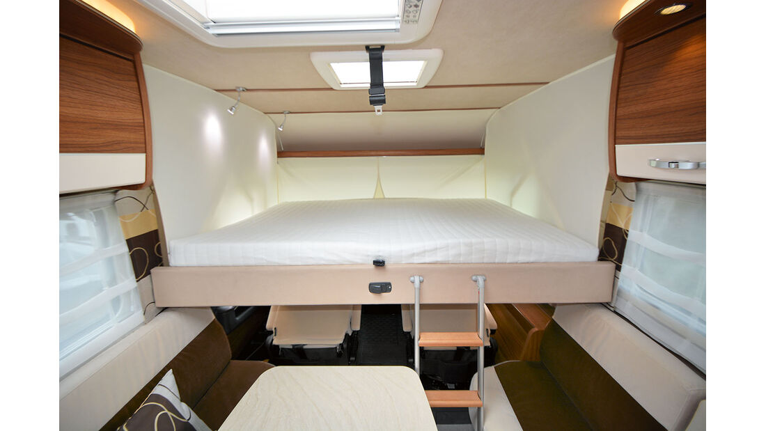 Als Schlafgelegenheit steht das Hubbett bereit.