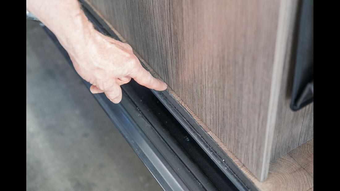 Alte Bodenschiene entfernen und ueberpruefen.