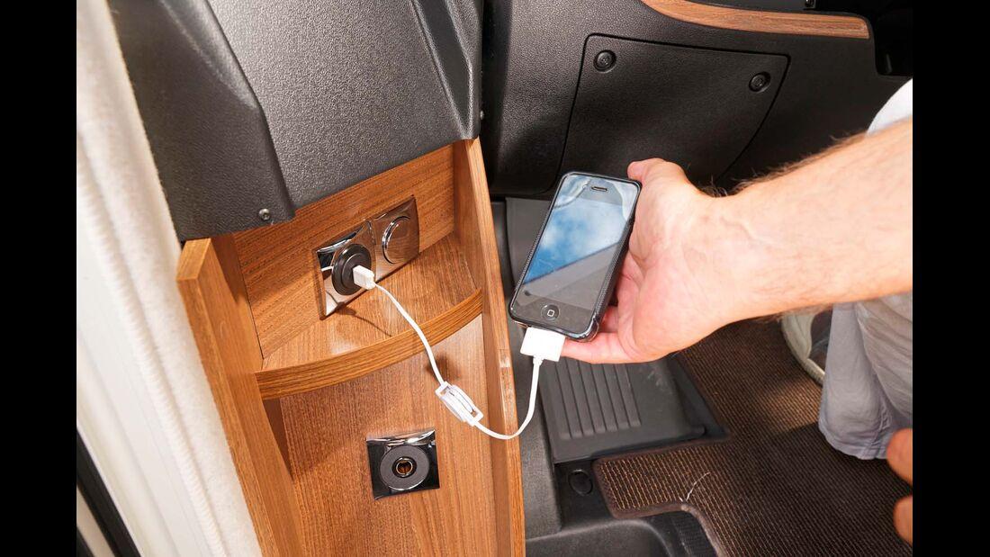 Am Armaturenbrett gibt es eine USB-Ladebuchse.