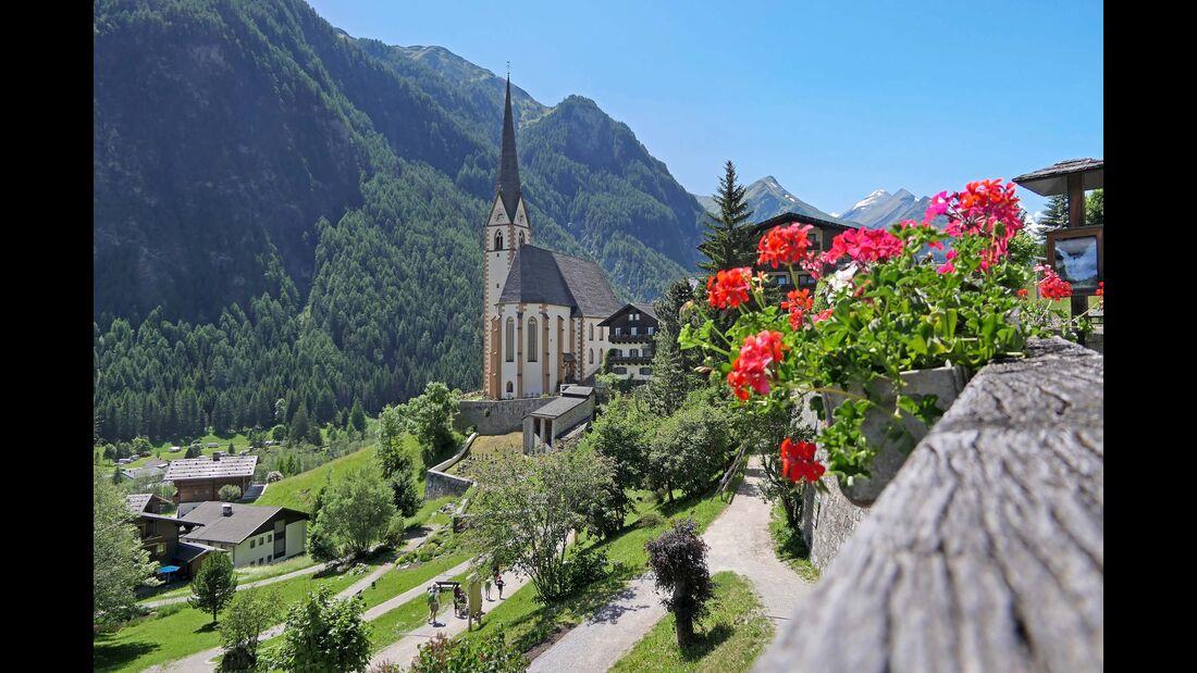 Am Fuß des Großglockners: Blick auf die Wallfahrtskirche St. Vinzenz im Ort Heiligenblut