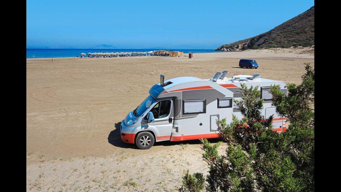 Am Ghianiskari-Strand kann man sowohl einen Tag wie eine Nacht verbringen.