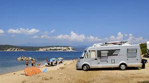 Am Strand stehendes Wohnmobil