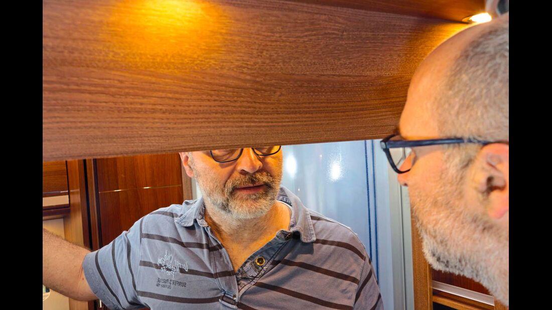 Am Waschtisch gibt es einen großen Spiegel, der aber oben den Kopf abschneidet