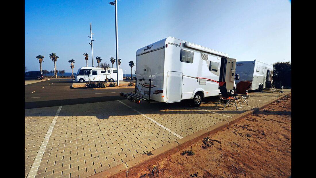 Am westlichen Stadtrand dürfen Reisemobilisten einen Pkw-Parkplatz nutzen.