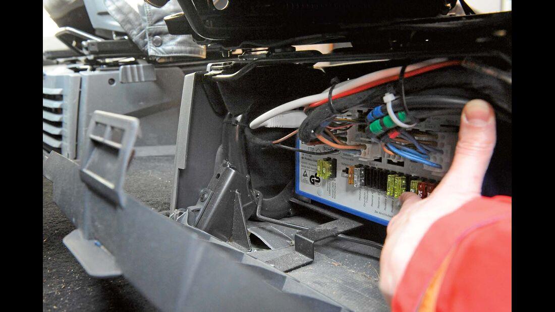 An den EBL in der Sitzkonsole muss man öfter ran, vor allem wegen der Hubbett-Sicherung.
