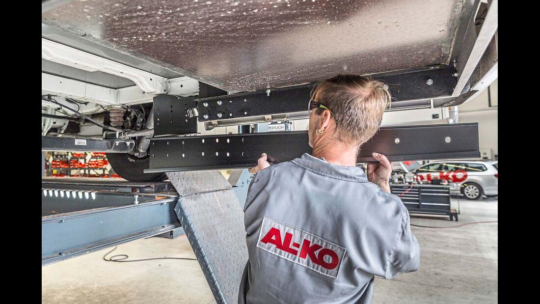 An den Seitenplatten und der Innenseite der Rahmenverlängerung werden zusätzliche Längsträger befestigt.