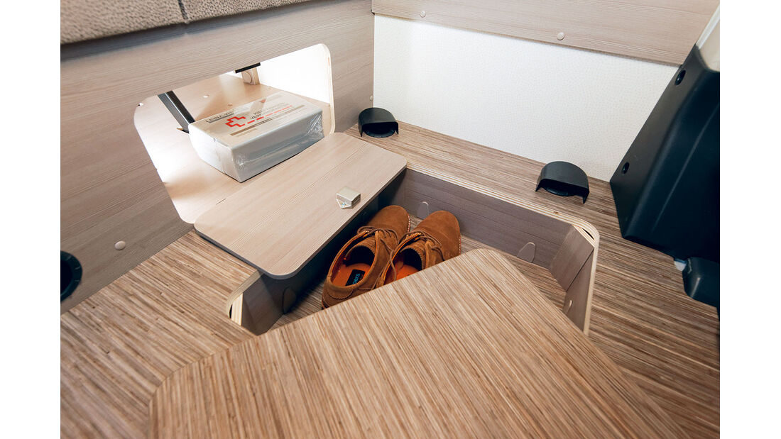 An der Sitzgruppe kann man die Truhe und ein Podestfach beladen.