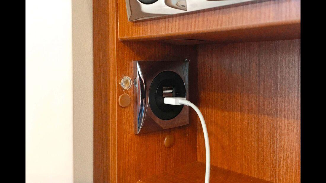An mehreren Stellen gibt es USB-Steckdosen, meist ist auch gleich eine Ablage in der Nähe.