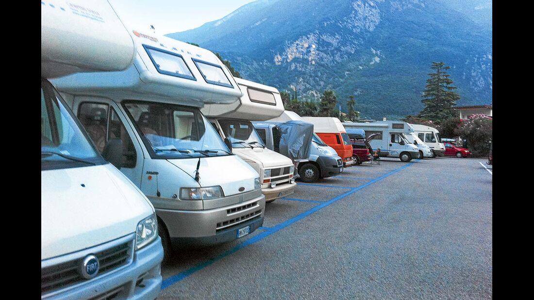 Arco: der Stellplatz vor dem Bergpanorama der Alpen.