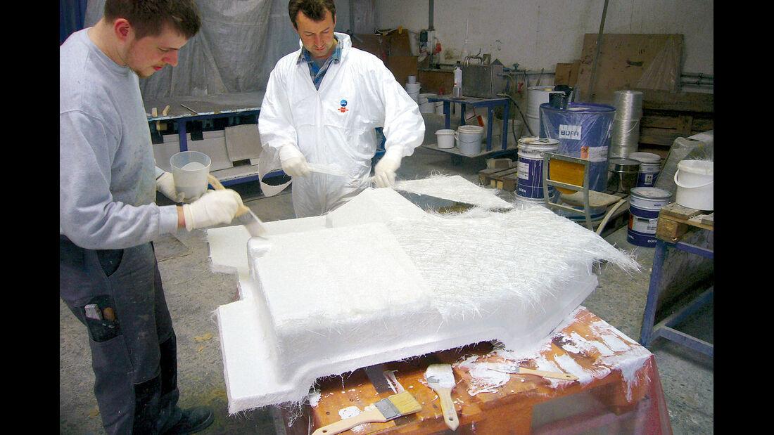 Auch bei Rundrum Kunststofftechnik laminieren die Mitarbeiter GfK auf Schablonen von Originalduschwannen.