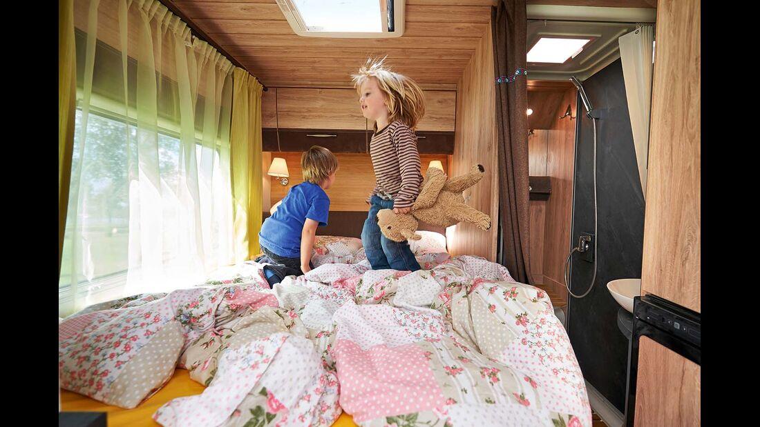 Auf dem Bett der Eltern können die Kinder gut toben.