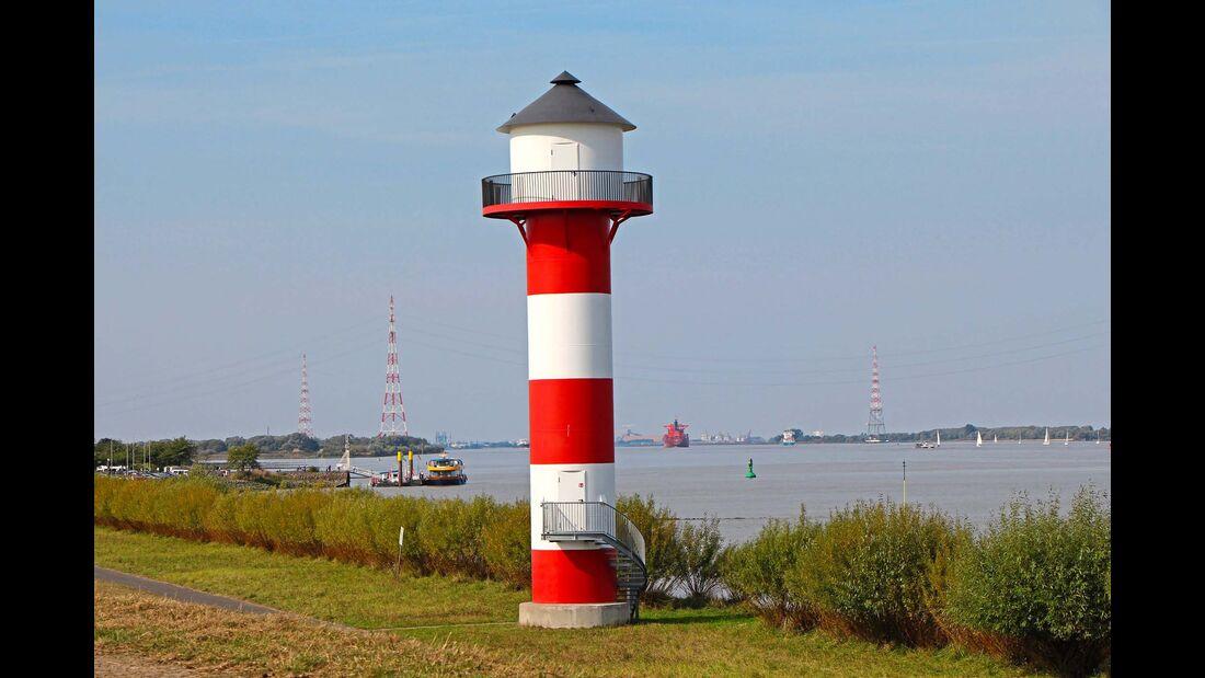Auf den Deichen nördlich von Hamburg, hier ein Leuchtturm bei Jork, kann man wunderbar Rad fahren