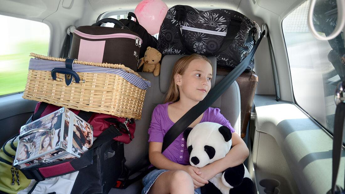 Auf der Fahrt in den Urlaub sollten die vielen losen Gegenstände im Auto gesichert werden, damit niemandem etwas passiert. Mit Rutsch Stopp und Expertenhinweisen bietet Kremer ein Sicherheitspaket.