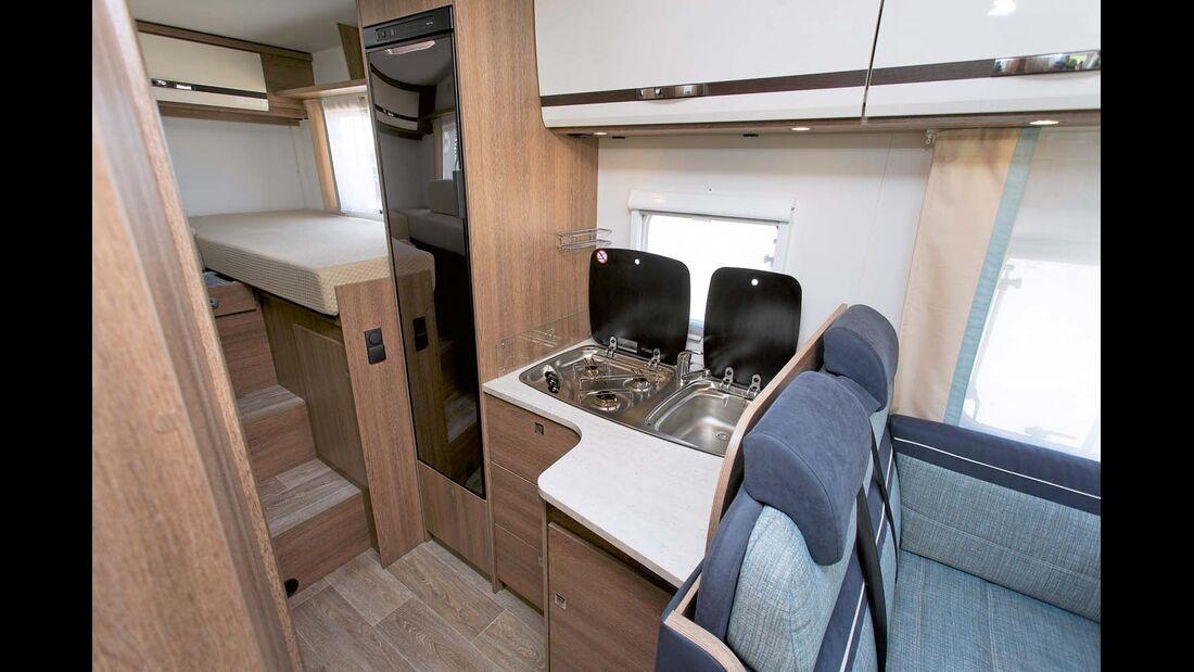 Auf der L-förmigen Küche mit 142-Liter-Kühlschrank kann man gut arbeiten.