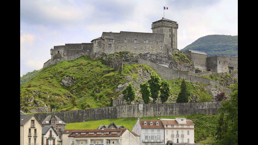 Auf einem Kalkfelsen hoch über der Altstadt thront Lourdes' stolze Burg.