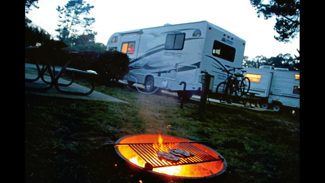 Auf vielen Campgrounds stehen Grillplaetze bereit.