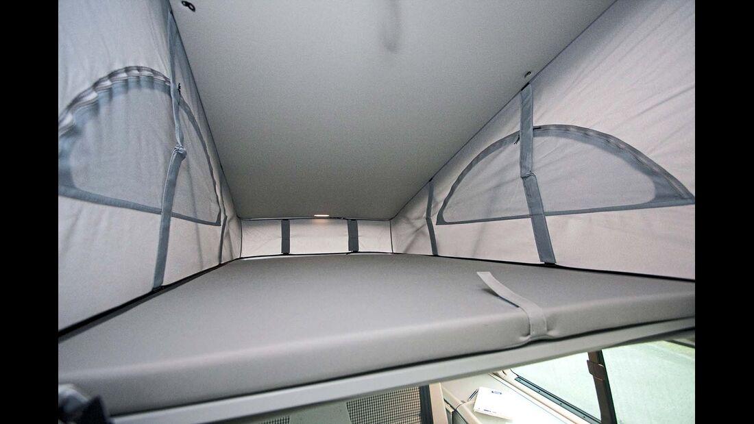 Aufstelldach ohne Panoramafunktion, aber mit Leuchten sogar am Fußende beim VW California
