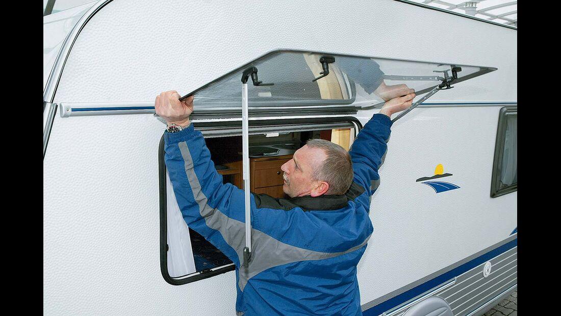 Aufsteller lösen und Scheibe aus der Halteschiene über dem Fenster heraushebeln beim Tausch einer vorgehängten Scheibe