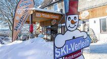 Ausrüstung zu mieten – freundlicher Wegweiser im Skiort Winterberg.