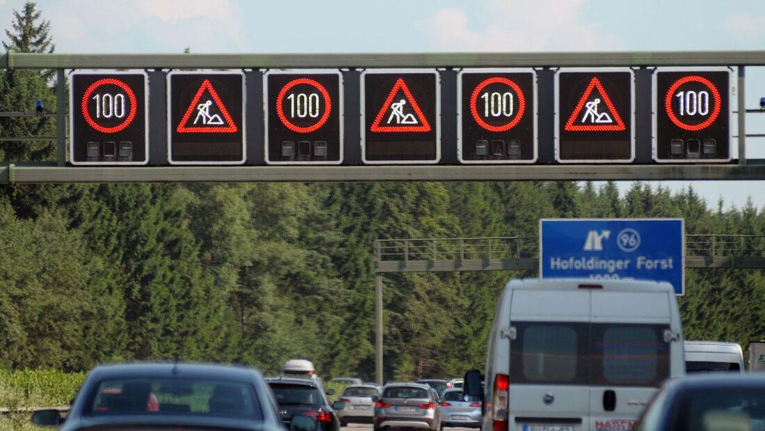 Autobahnbaustellen sind gefährliche Nadelöhre. Besonders in der Reisezeit kann es bedrohlich eng auf der Straße werden. Ungeübt Fahrer sind dann meist unsicher und geraten in Stress.