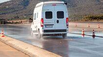 BREMSLEISTUNG ABS-Vollbremsung 80–0 km/h auf bewässertem Asphalt, Testfahrzeug: Fiat Ducato, beladen.