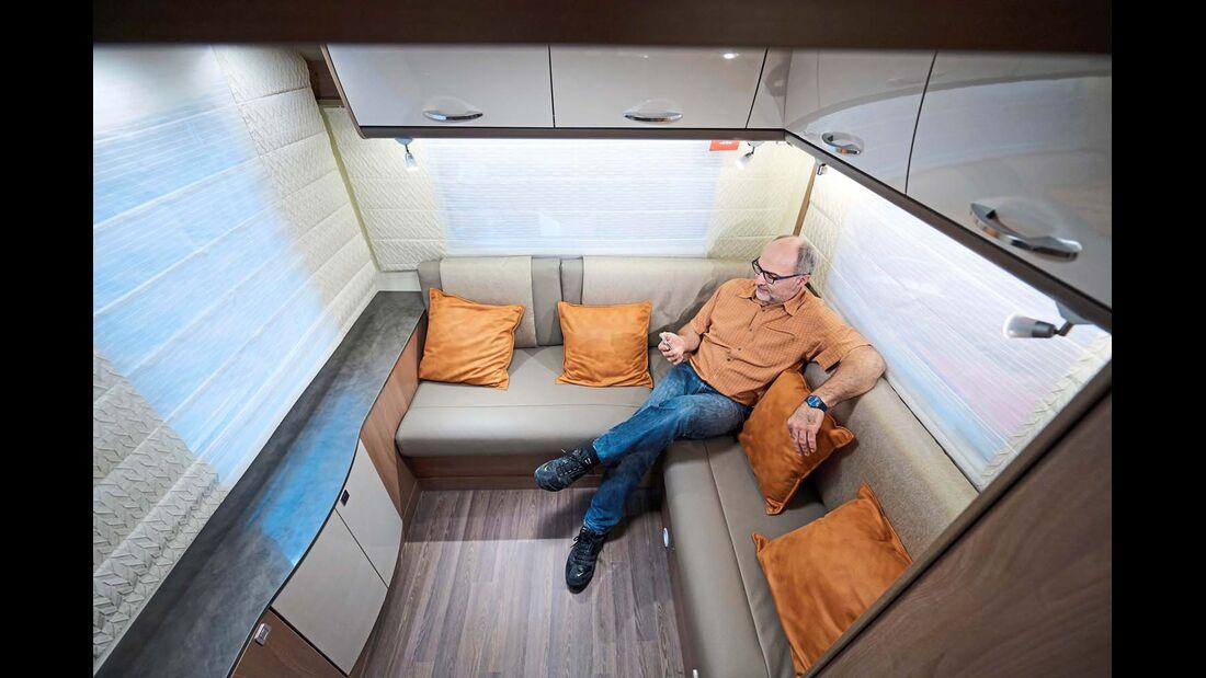BÜRSTNER Neuer Ansatz für Familien im Lyseo T 744 – zwei Sitzgruppen mit Hubbetten darüber.