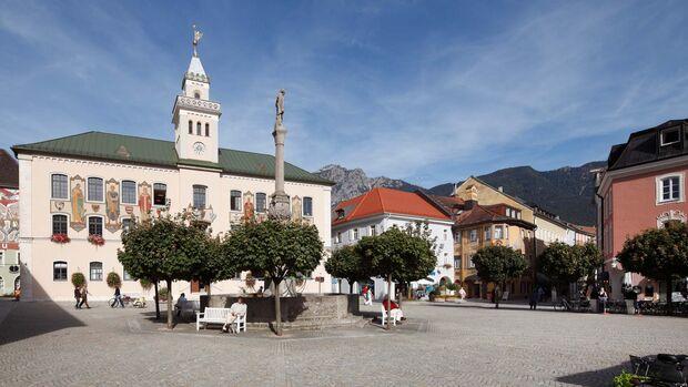 Bad Reichenhall, Rathaus mit Wittelsbach-Brunnen im Berchtesgadener Land.