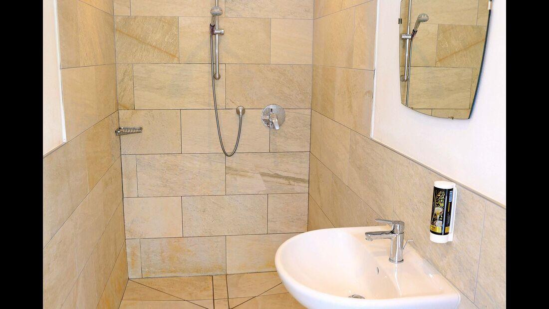 Bad mit Dusche und Waschbecken in modernem Stil