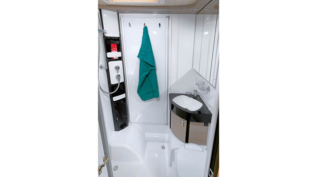 Bad mit Spiegelschrank und integrierter Duschkabine.