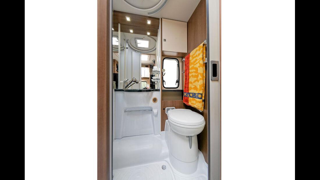 Bad mit Waschtisch und Spiegel im Chausson