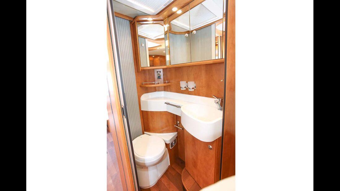 Bad mit beleuchtetem Spiegel und guter Ausstattung im Carthago C-Tourer Sport I 144