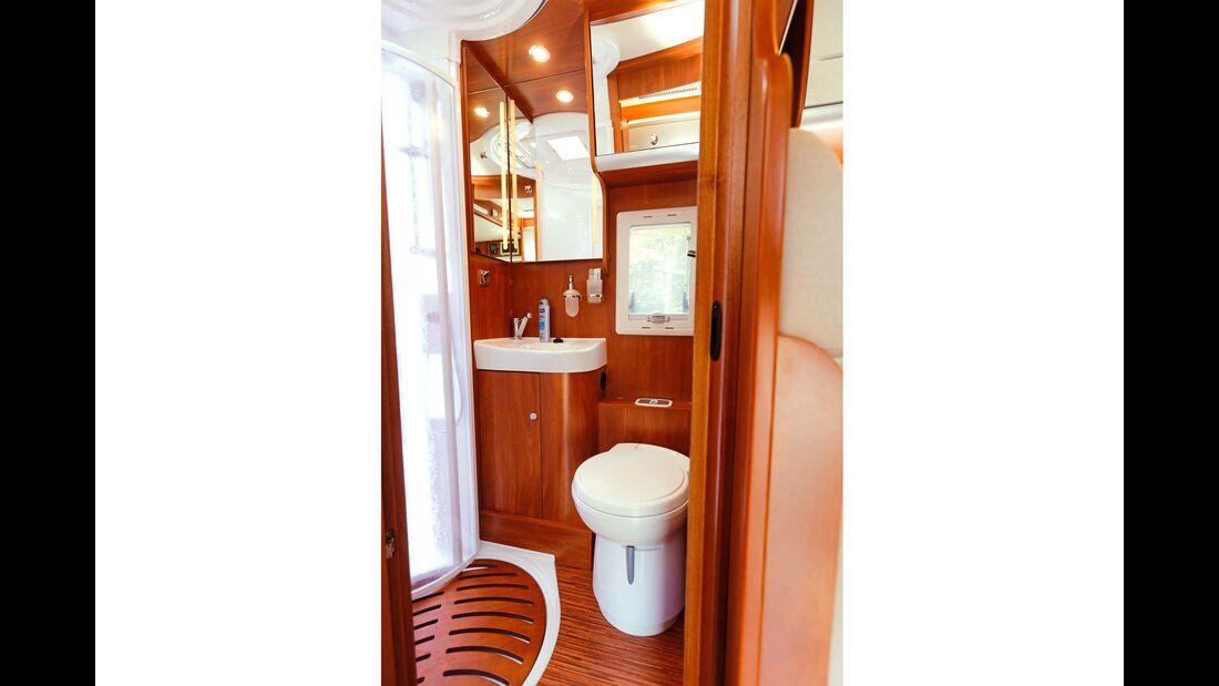 Bad mit cleverer Raumaufteilung. Zur Not können Waschtisch und Toilette parallel zum Duschen benutzt werden.