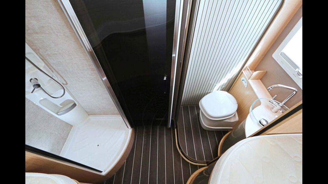 Bad mit schickem Schüsselwaschbecken und Duschkabine.