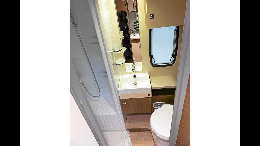 Bad mit separater Dusche und Abdichtungsmängeln beim Waschbecken