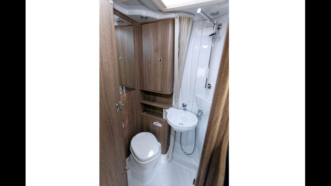 Bad mit wenig Platz und schlichtem Schwenk-Waschbecken.