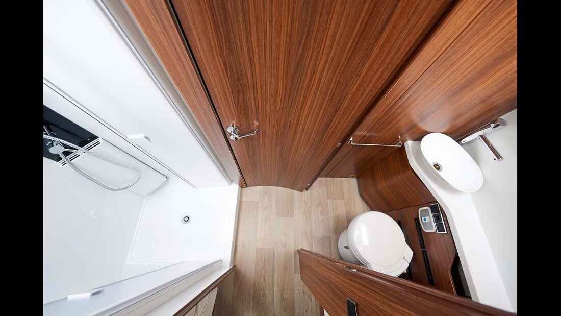 Bad und große Duschkabine gegenüber lassen sich vereinigen.