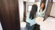 Bad und separate Dusche lassen sich zum bequemen Ankleidebereich verbinden.