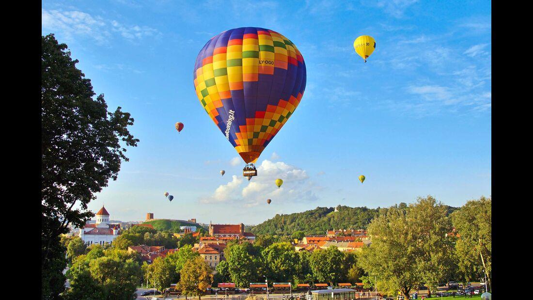 Ballons über Litauens Hauptstadt Vilnius