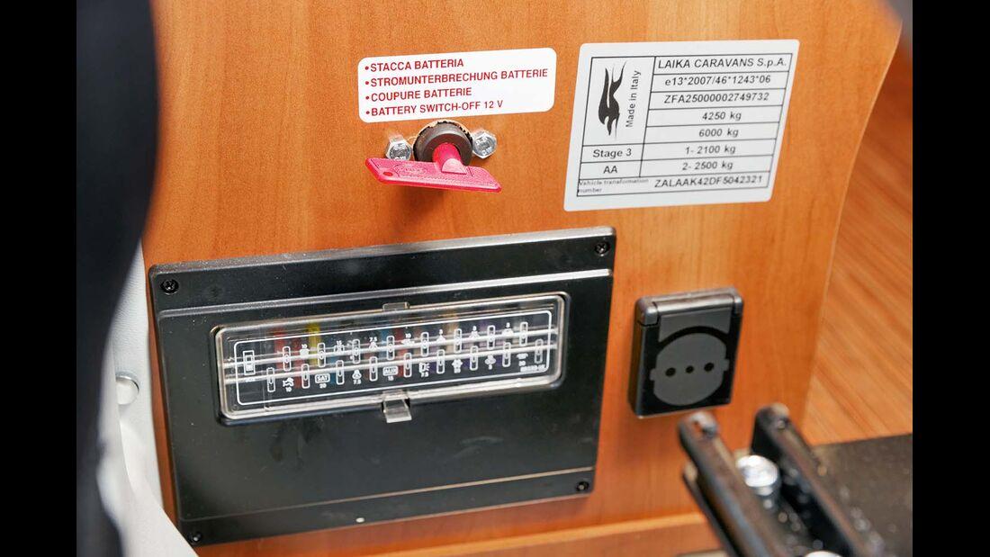 Batterietrennschalter und Sicherungen gut erreichbar hinter Beifahrersitz im Laika Kreos