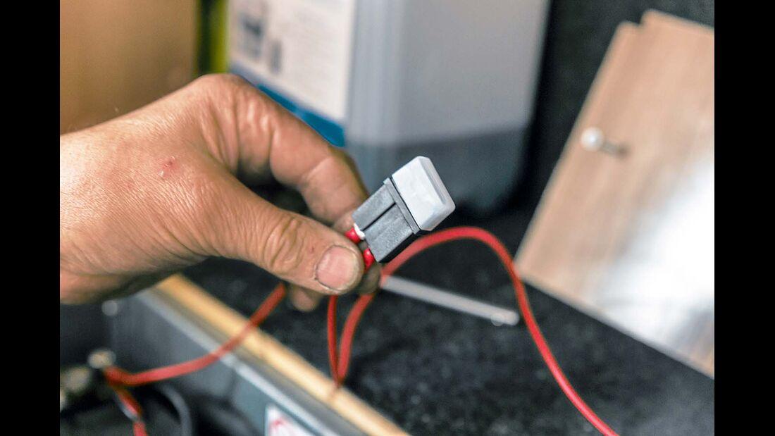 Bei Direktanschluss, Pluskabel mit einer extra 1-A-Sicherung versehen. Dann an die Batterie mittels Ringschelle klemmen